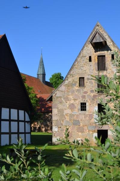 Kornspeicher mit Kirche im Hintergrund